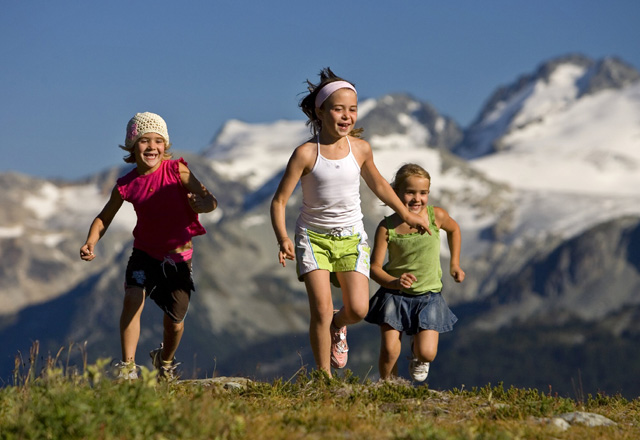 Lachende Kinder in den Gebirgen Westkanadas