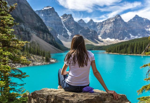 Ausblick beim wanderen auf den Lake Louise im banff Nationalpark in Kanada