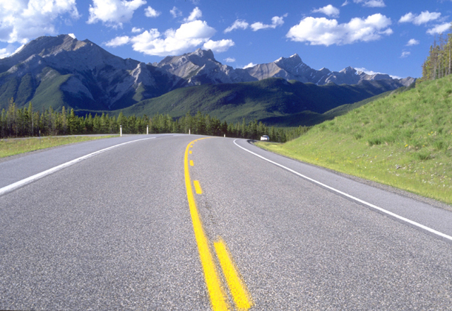 Straßen von Alberta durch die Gebirge, Westkanada