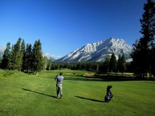 Banffs Naturschönheiten mit der Lieblingssportart Golf verknüpfen