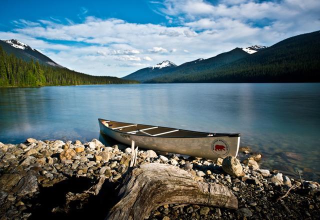 Kanufahrt durch das Gebirge in Kanada