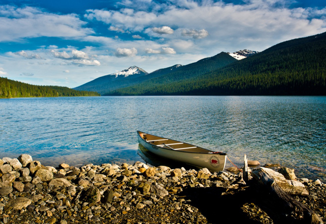 Kanu legt an Ufer in Westkanada an