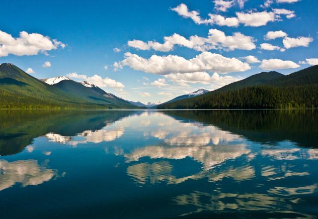 See in den Gebirgen Kanadas