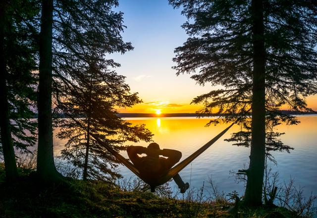 Sonnenuntergang am See an einer Lodge in Westkanada