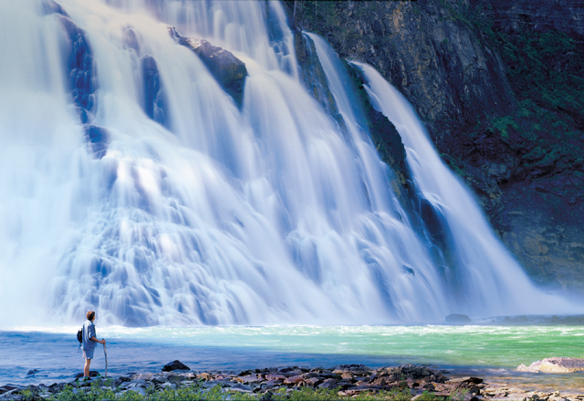 Wandertour an den riesigen Wasserfällen vorbei