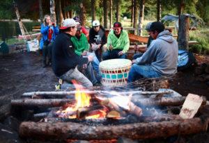 Lagerfeuer mit einheimischen Völkern