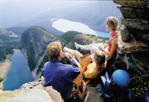 Wandern mit Ausblick am Lake Louise in Westkanada