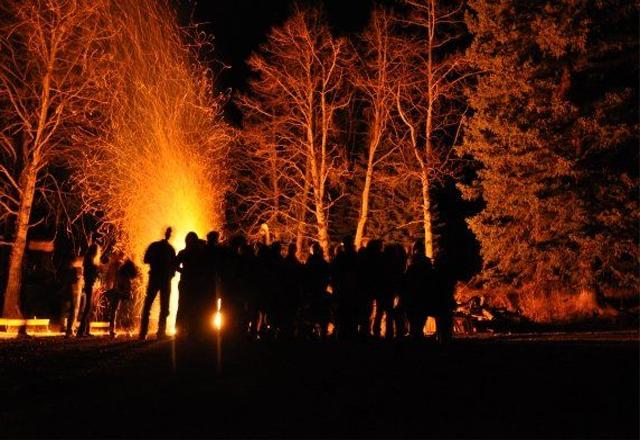 Lagerfeuer bei den Indianern in Westkanada