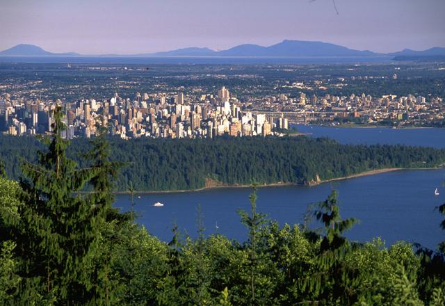 Blick beim wandern auf die Skyline von Vancouver in kanada