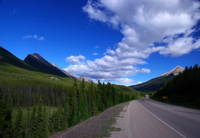 Lange Straßen in Westkanada führen zu den Seen