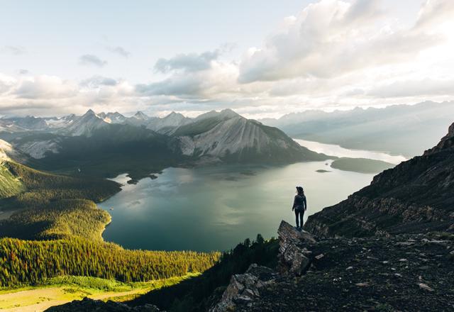Ausblick beim wandern von einem Berg auf einen See in Westkanada