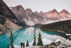 Ausblick beim wandern auf einen See in einem Nationalpark in Westkanada