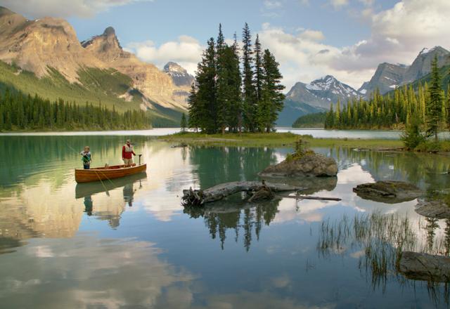 Kanu fahren auf einem See in einem Nationalaprk in den Rockys in Kanada