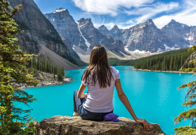 Ausblick auif den Moraine Lake See in einem Nationalpark im Weste Kanadas