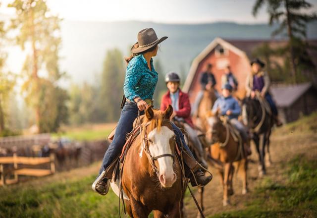 Familien Auslfu beim Reiten auf einer Ranch in Kanada