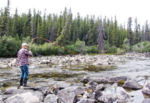 Mann beim Angeln in Yukon